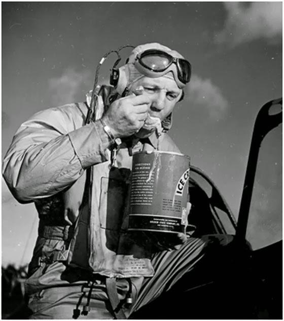 """Un piloto saboreando un helado tras volver de una misión (1944) Puede observarse que en la lata de helado deshidratado aparecen las instrucciones de mezcla (""""Directions for mixing"""")"""