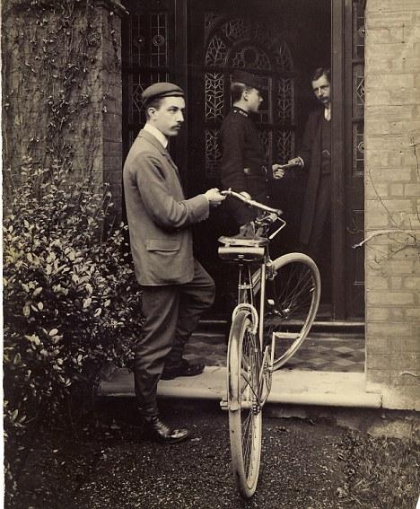 Bray es entregado por correo certificado a su domicilio. Su paciente padre, Edmund Bray, está de pie en la puerta para aceptar y firmar el recibo del cartero