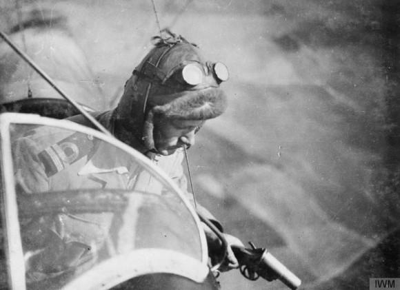 Copiloto británico con una pistola de bengalas, también utilizada para disparar contra los aviones enemigos