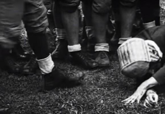 Así se las gastaban los pioneros del fútbol americano para probar los primeros cascos.