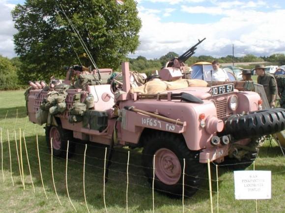 """Tampoco resultaba inusual encontrar alguno de los 100 """"Pink Panthers"""" Land Rover que fueron utilizados en el desierto durante la Segunda Guerra Mundial por la división SAS británica Desert Rats (Ratas del Desierto)"""