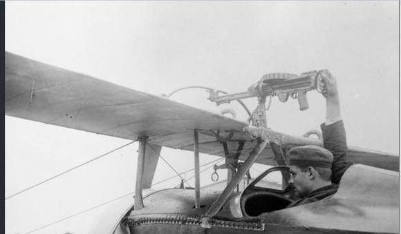 Ametralladora Lewis montada sobre las alas de un Nieuport 11