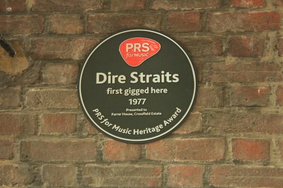 Placa conmemorativa del primer concierto de Dire Straits en Farrar House (26 junio 1977) | Foto Javier Peláez